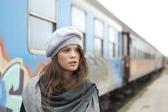 Menina em uma estrada de ferro Foto de Stock Royalty Free