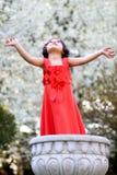 Menina em uma flor pot4 Fotos de Stock Royalty Free