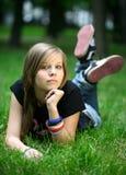Menina em uma grama Fotografia de Stock Royalty Free