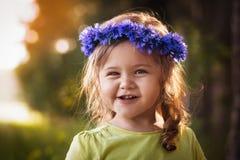 Menina em uma grinalda das centáureas Imagem de Stock Royalty Free