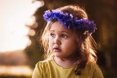 Menina em uma grinalda das centáureas Imagens de Stock Royalty Free