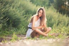 Menina em uma ilha de deserto Foto de Stock Royalty Free