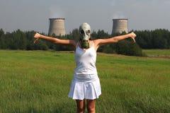 Menina em uma máscara de gás foto de stock