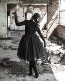 A menina em uma máscara de gás A ameaça da ecologia imagem de stock royalty free