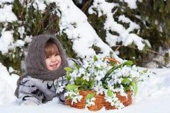 Menina em uma madeira do inverno Foto de Stock Royalty Free