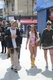 Menina em uma natação e em um carnaval de Notting Hill dos carregadores Fotos de Stock Royalty Free