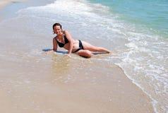 A menina em uma onda do mar Imagens de Stock