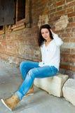 Menina em uma pedra imagem de stock royalty free