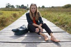 Menina em uma ponte de madeira Imagem de Stock