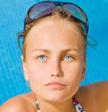 Menina em uma praia imagem de stock