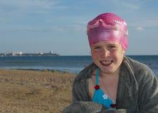 A menina em uma praia após o banho Imagens de Stock Royalty Free