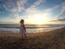 Menina em uma praia perto de um mar fotografia de stock royalty free