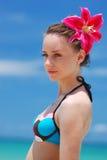 Menina em uma praia tropical Fotos de Stock Royalty Free