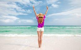 Menina em uma praia veraniço Fotografia de Stock