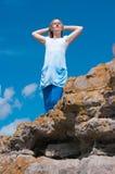 A menina em uma rocha Fotografia de Stock Royalty Free