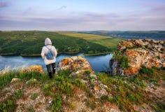 Menina em uma rocha sobre um rio fotografia de stock royalty free