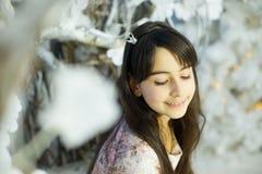 Menina em uma sala de Cristmas Imagem de Stock