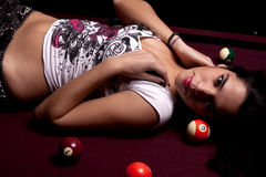 Menina em uma tabela de snooker Foto de Stock Royalty Free