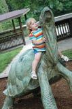 Menina em uma tartaruga fotografia de stock royalty free