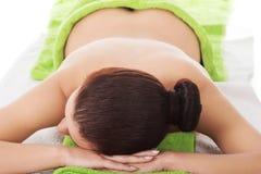 Menina em uma terapia de pedra, massagem de pedra quente foto de stock royalty free