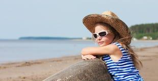 Menina em uma veste e em um chapéu listrados Imagens de Stock Royalty Free