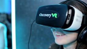Menina em vidros de VR video estoque