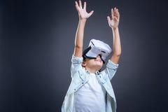 Menina emocional alegre que mantém suas mãos Foto de Stock Royalty Free