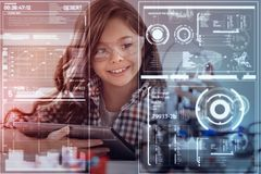 Menina emocional que sente feliz ao criar robôs na classe Fotos de Stock Royalty Free