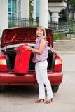 A menina empilha uma mala de viagem Foto de Stock Royalty Free