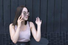 Menina encantador com dispositivo na moda que aprecia a conversação imagens de stock royalty free