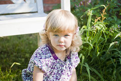 A menina encantador em um jardim em um vestido elegante foto de stock royalty free