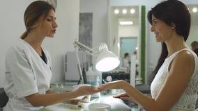 Menina encantador em um salão de beleza do tratamento de mãos vídeos de arquivo