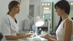 Menina encantador em um salão de beleza do tratamento de mãos filme