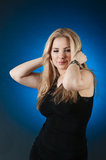 Menina encantador, isolada em um inclinação azul Imagens de Stock Royalty Free