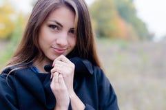 Menina encantador no revestimento que sorri delicadamente no outono Fotografia de Stock