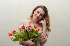 Menina encantador nova com um ramalhete das flores - tulipas multi-coloridas Foto de Stock Royalty Free