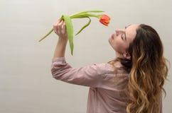 Menina encantador nova com um ramalhete das flores - tulipas multi-coloridas Fotos de Stock Royalty Free