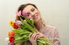 Menina encantador nova com um ramalhete das flores - tulipas multi-coloridas Imagem de Stock Royalty Free