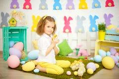 Menina encantador pequena com patinho amarelo foto de stock royalty free