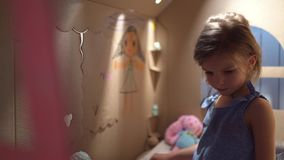 Menina encantador que joga na casa do brinquedo video estoque