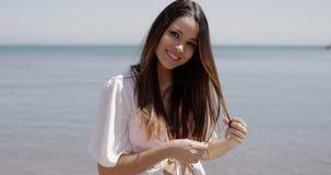 Menina encantador que relaxa na praia vídeos de arquivo