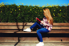 Menina encantador que relaxa na primavera o parque quando livro lido Foto de Stock Royalty Free