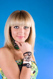 Menina encantadora com os pulsos de disparo diferentes na mão Foto de Stock