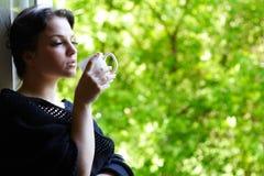 Menina encantadora com uma caneca de café foto de stock royalty free