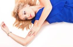 Menina encantadora de encontro da mulher no vestido azul sobre o branco Imagens de Stock