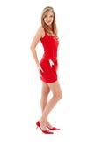 Menina encantadora em sapatas do vestido vermelho e dos saltos elevados Foto de Stock
