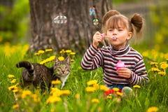 Menina encantadora engraçada e um gato Fotografia de Stock Royalty Free
