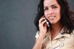 Menina encantadora que fala em um telefone de pilha Imagens de Stock