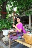 A menina encantadora que joga o instr musical antigo tailandês Imagens de Stock Royalty Free