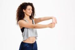 Menina encaracolado da aptidão que faz exercícios da aptidão Imagens de Stock Royalty Free